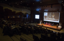 Vista geneeal del auditorio y la mesa redonda