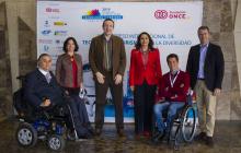 Foto de familia delante del photocall en la que aparecen Jesús Hernández (Fundación ONCE), Lara Moratón (SAMSUNG), Neil Milliken (ATOS), Roxana Widmer-Iliescu (ITU), Jorge Iglesias (IBM) y Carlos de la Iglesia (Microsoft España).