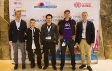 Delante del photocoll los conferenciantes: José María Moreno Peña (AEVI) y Enrique García Cortés (Fundación ONCE), Juan Aguado Delgado (Universidad de Alcalá), Pablo Pérez Ortega (Electronic Arts) y  Carlos de la Iglesia (Microsoft España).