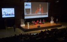 Vista desde las gradas de la mesa redonda compuesta por Neil Milliken (ATOS), Lara Moratón (SAMSUNG), Roxana Widmer-Iliescu (ITU), Carlos de la Iglesia (Microsoft España) y Jorge Iglesias (IBM).