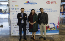 Posando delante del photocall: Javier Güemes Pedraza (ONCE), Liz Coronel Correa (Embajada del Paraguay) y David Castillo Fernández (Ministerio de Turismo de Costa Rica)