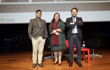 Posando en el escenario: David Castillo Fernández (Ministerio de Turismo de Costa Rica), Liz Coronel Correa (Embajada del Paraguay) y Javier Güemes Pedraza (ONCE)
